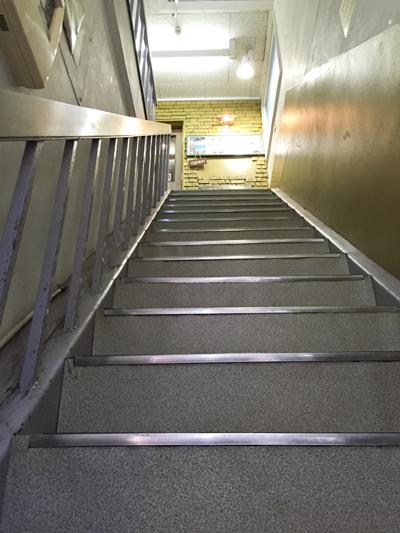 ビルの長い階段。