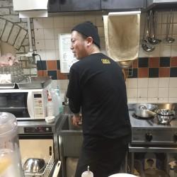 キャロライナ・リーパーを調理した器具を洗いながらむせる店長!