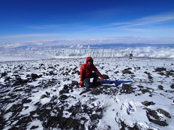 遠くに見えるのが年々溶けてきてるという氷河。ヘミングウエイによるとヒョウが眠っているという。。