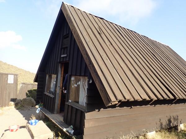初日はマンダラハット2730m、2日目、3日目はホロンボハット3720nの山小屋泊。山小屋は6人部屋、大部屋などがある。
