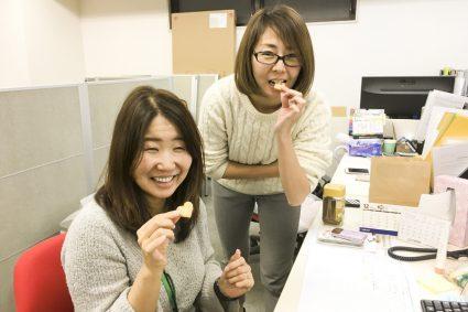 クッキーを食べる2人